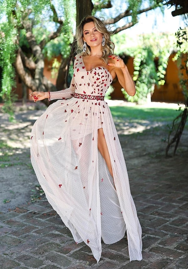 vestido de festa um ombro só nude com bordado vermelho