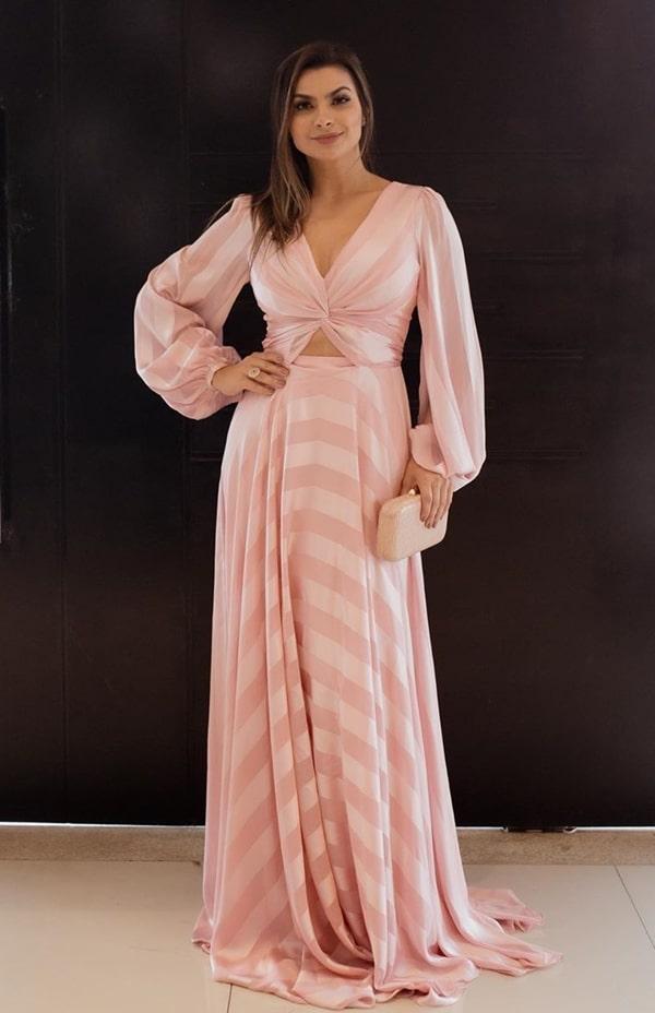 vestido longo rose feito em tecido listrado com mangas longas e recorte na barriga