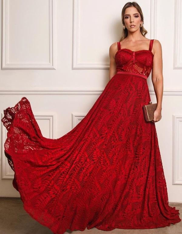 vestido vermelho de renda com saia fluida e corpete