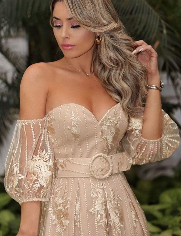 vestido de festa nude e dourado de renda com mangas bufantes