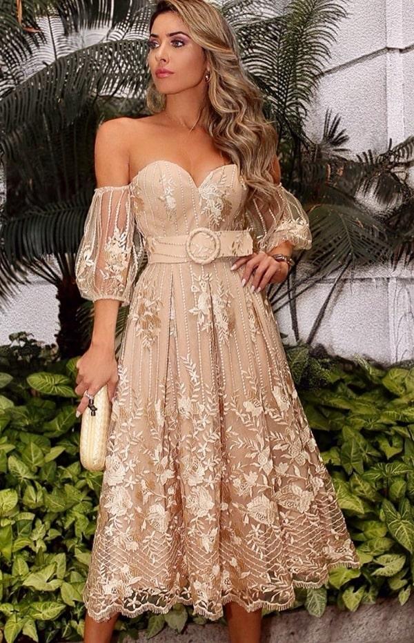 vestido midi de renda nude e dourado com mangas bufantes e cinto