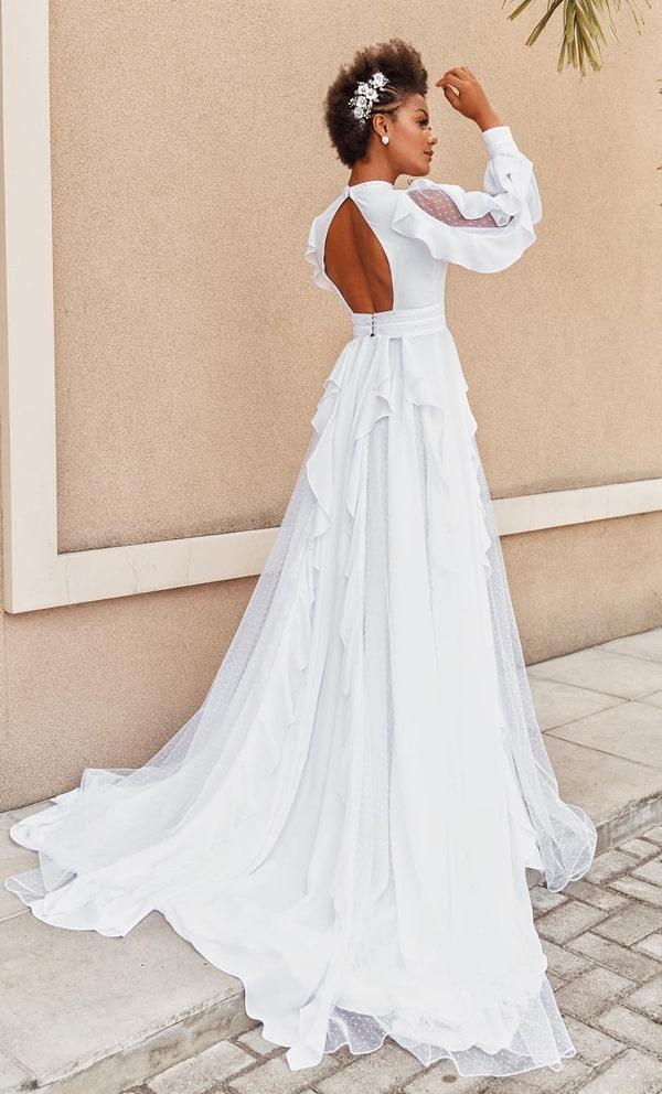 vestido de noiva com decote nas costas e mangas longas com babados
