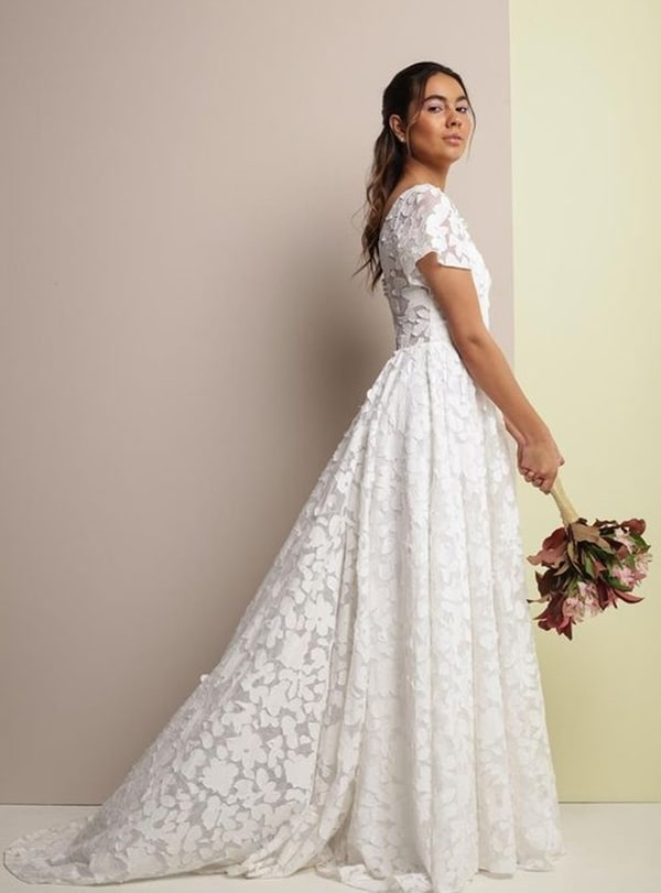 vestido de noiva simples feito em renda 3D com manguinhas para casamento evangélico