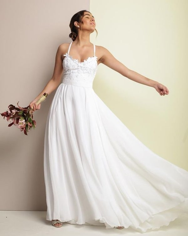 vestido de noiva com saia fluida e alças finas para casamento durante o dia