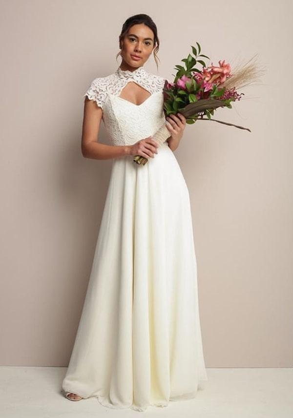 vestido de noiva simples elegante com gola alta na cor  off white