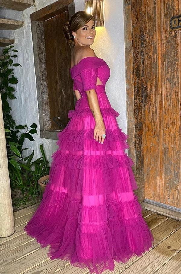 Vestido de festa longo fúcsia com saia ampla estilo princesa e decote ombro a ombro