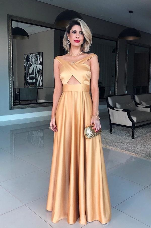 vestido longo dourado com saia fluida e alças cruzadas