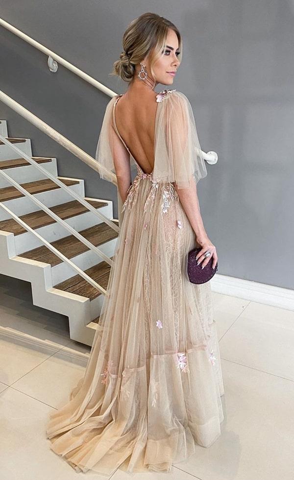 vestido de festa longo nude com decote nas costas para madrinha de casamento