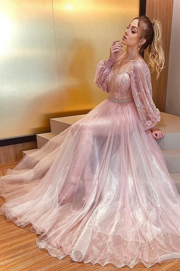 Vestido longo rosa com transparência na saia e mangas bufantes de renda