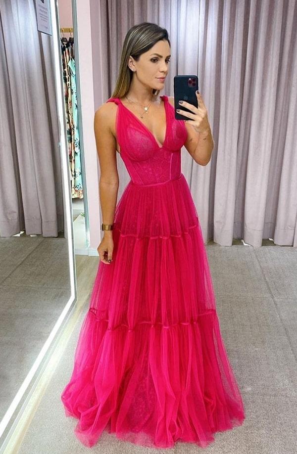 vestido de festa longo pink com saia fluida de tule e parte superior justa