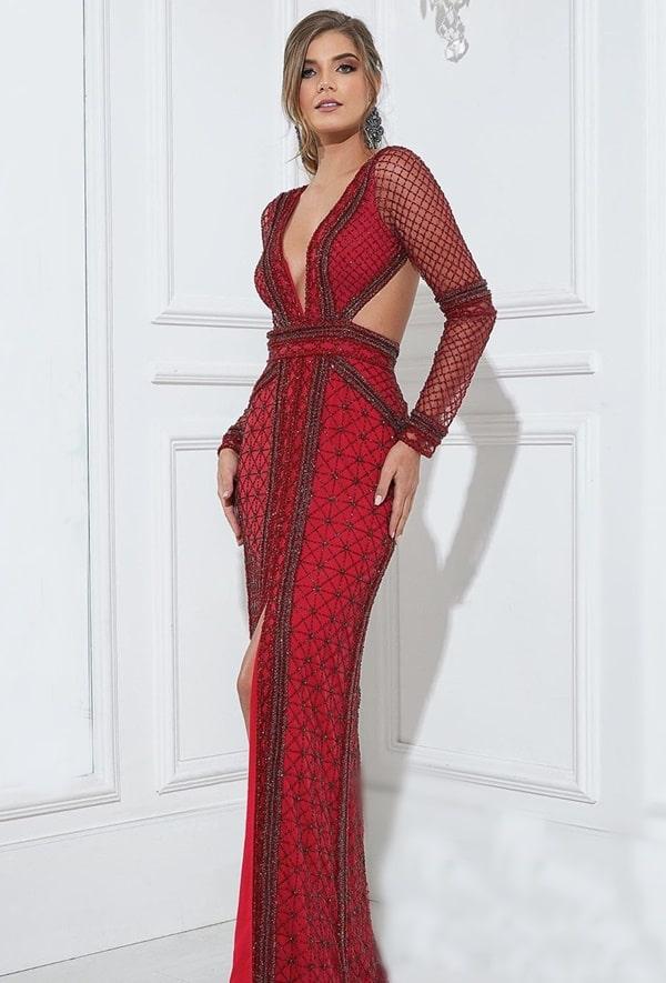 Vestido de festa vermelho completamente bordado com mangas longas e decote nas costas