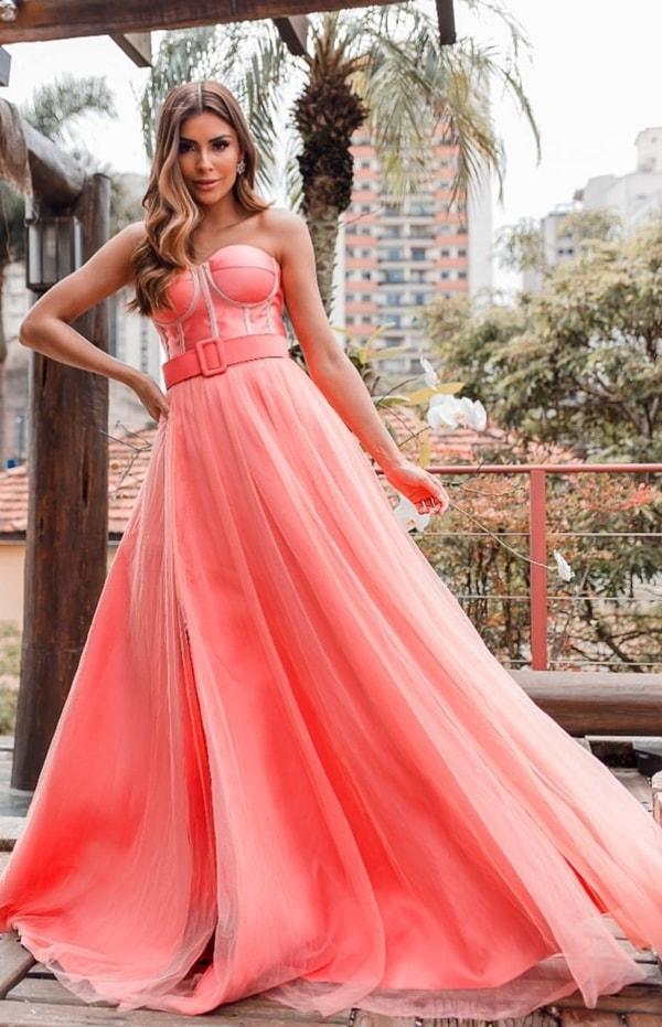 vestido longo coral com corpete estruturado e saia fluida