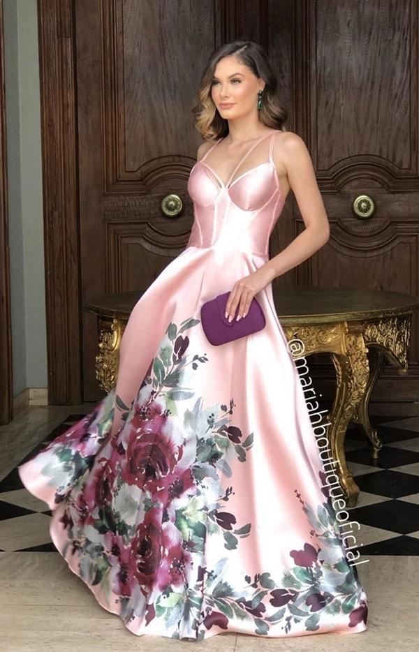 Vestido longo rose com estampa floral na barra do vestido