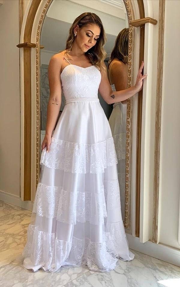 vestido de noiva simples com saia fluida e renda