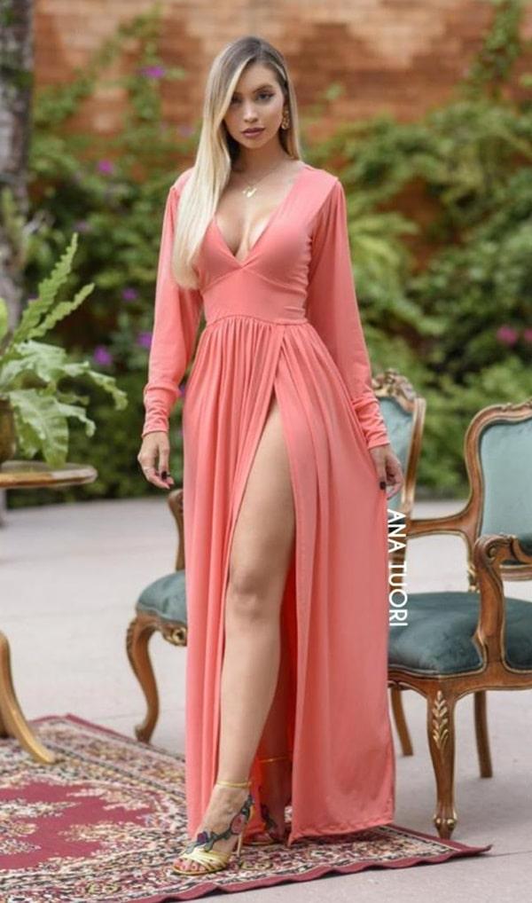 vestido longo coral com manga longa e fenda