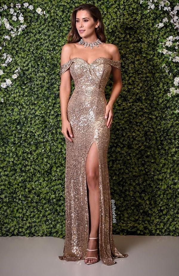 Vestido longo dourado de paetês, modelo justinho com fenda