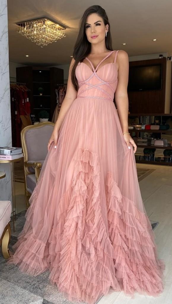 vestido longo rosa com corpete estruturado e saia ampla de babados