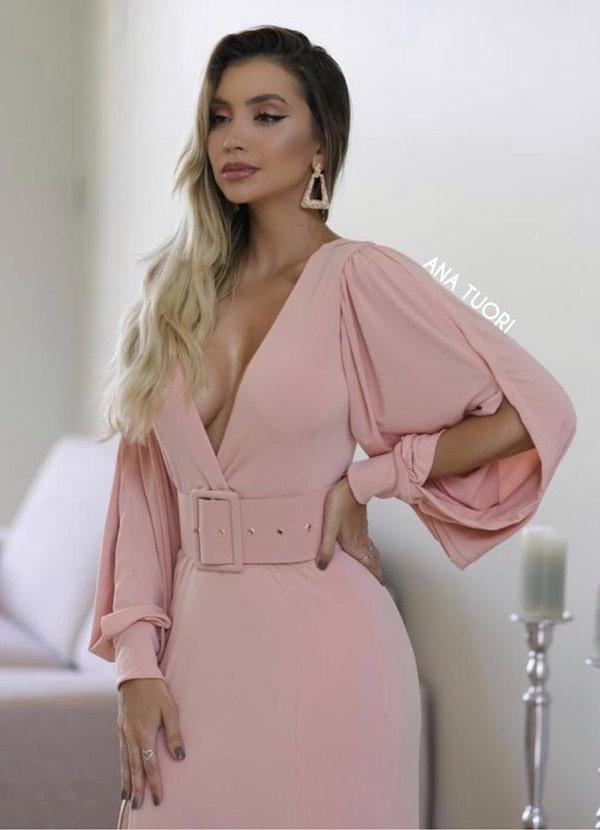 vestido longo rose com mangas bufantes e cinto