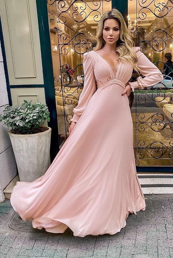 vestido longo rosa com mangas longas e recorte na cintura