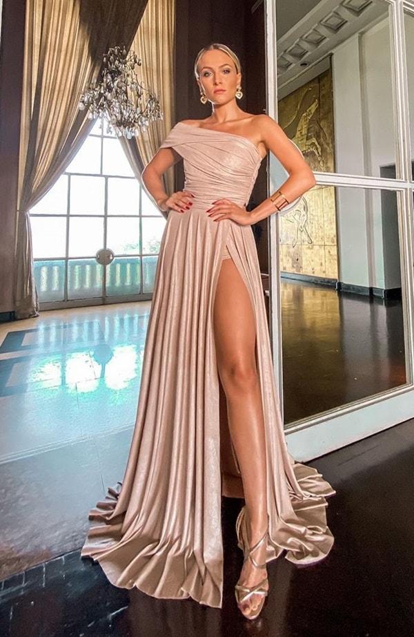 vestido de festa dourado com um ombro só  para madrinha de casamento