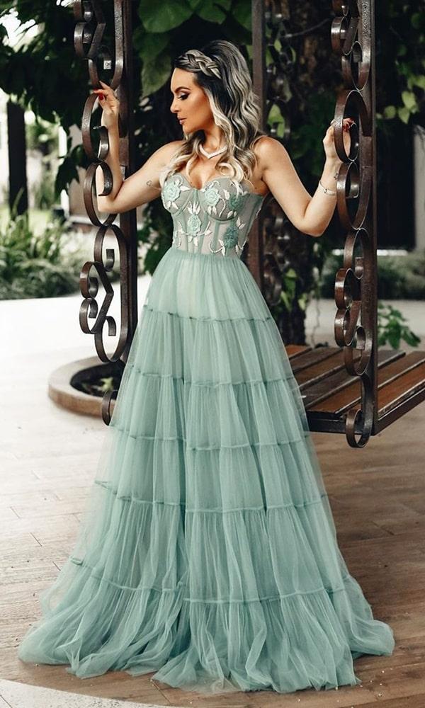 Vestido de festa longo verde claro com saia de tule e corpete (corselete) bordado floral e decote tomara que caia