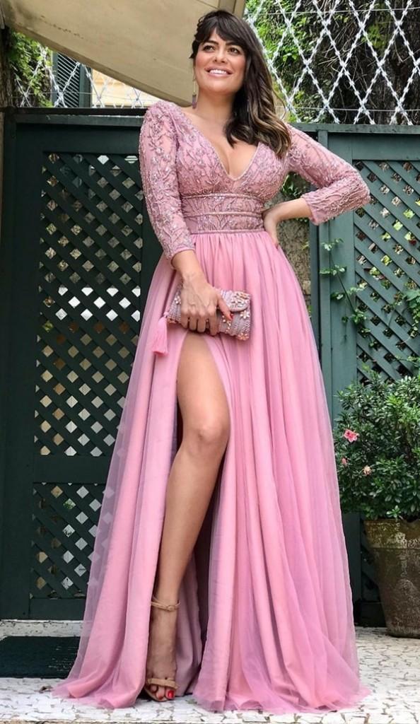 vestido de festa longo rosa com mangas longas bordadas e saia com fenda