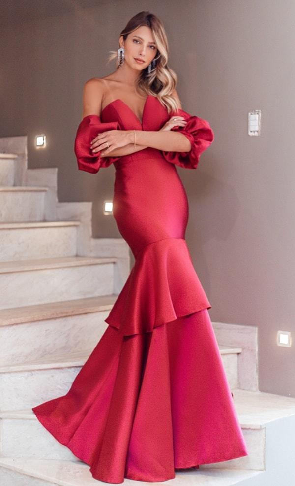 vestido de festa vermelho modelo sereia com mangas bufantes