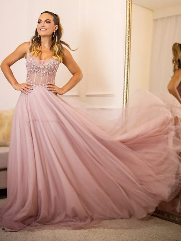 vestido longo rosa com corpete estruturado