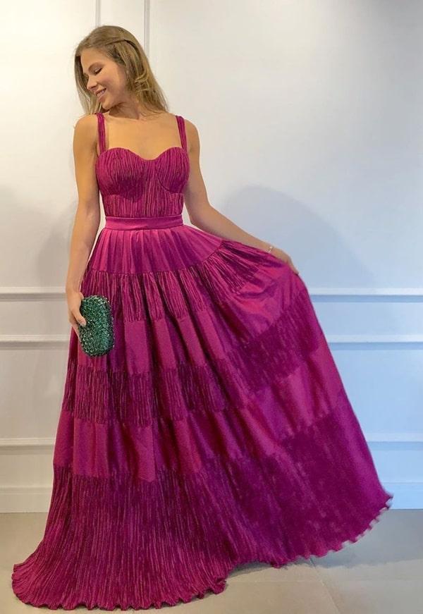 vestido longo fucsia para madrinha de casamento à noite