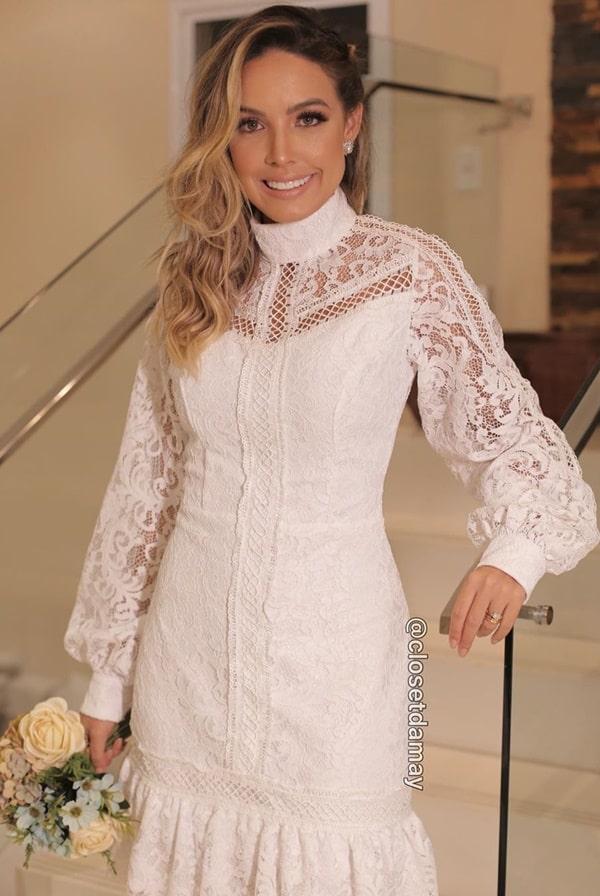 vestido branco midi com mangas longas e gola alta