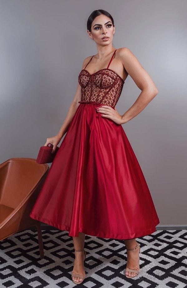 vestido de festa midi vermelho marsala com corpete bordado