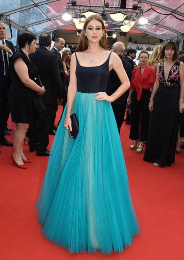Marina Ruy Barbosa vestido de festa azul turquesa e preto