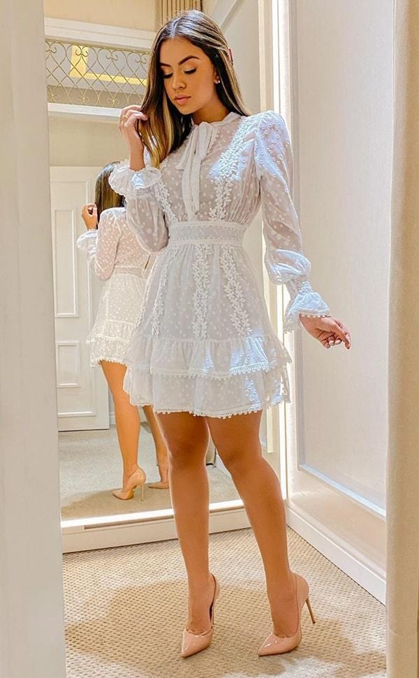 vestido branco curto de renda com mangas longas
