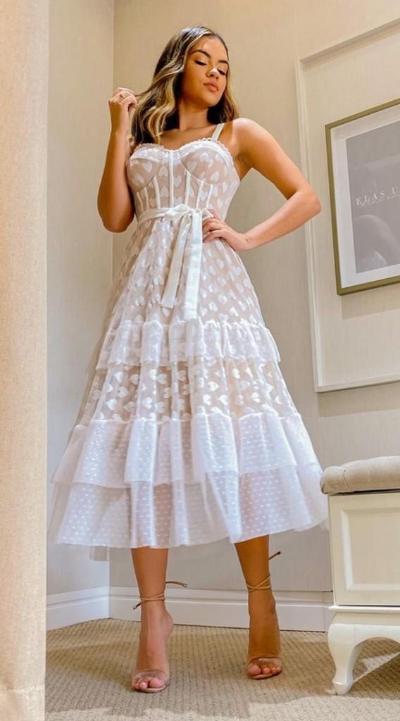 Vestido branco midi em tule com estampas de coração e poás e corpete estruturado